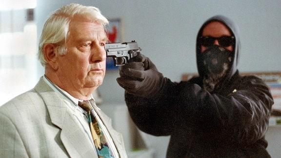 Peter Borgelt alias Fuchs hat eine Pistole an der Schläfe.