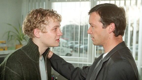 Musikmanager Peter Flemming (Michael Roll, re.) verspricht seinem Schützling Daniel Cross (Matthias Schweighöfer) eine große Zukunft als Sänger.