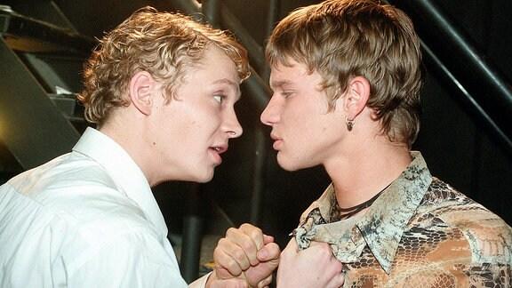 Daniel Cross (Matthias Schweighöfer, li.) sagt Sebastian (Tobias Schenke) die Meinung.
