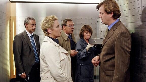 Bankmitarbeiter Fiedler (Patrick von Blume) will Staatsanwältin Meissner (Katerina Jacob) den Zugriff auf die Bankschließfächer verweigern