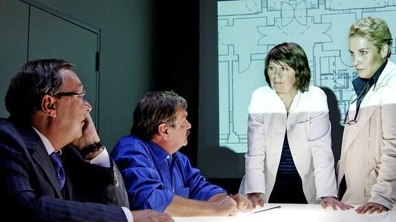 Frau Weigand (Marie Gruber) informiert ihre Kollegen Schmücke (Jaecki Schwarz), Schneider (Wolfgang Winkler) und die Staatsanwältin (Katerina Jacob)