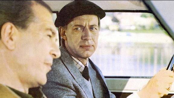 Fahrlehrer Hempel (Otto Mellies, l.) schikaniert mit Wonne seinen Fahrschüler und Automuffel Steinköhler (Jörg Gudzuhn).