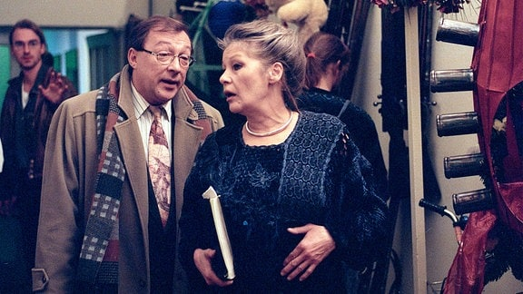 Was hat die Opernregisseurin Edith Reger (Marita Böhme) mit Kommissar Schmücke (Jaecki Schwarz) vor?.