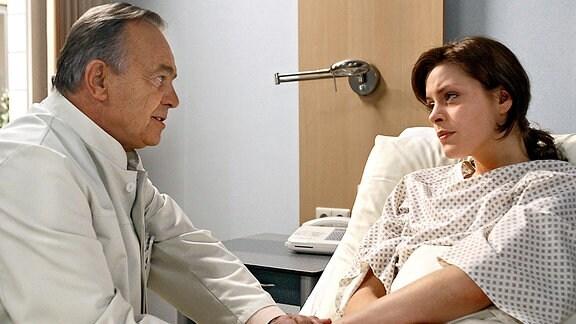 Simonis (Dieter Bellmann) Tochter Rebecca (Alma Leiberg) ist auf der Tanzfläche eines Clubs zusammengebrochen. In der Sachsenklinik wird eine gefährliche Überzuckerung diagnostiziert