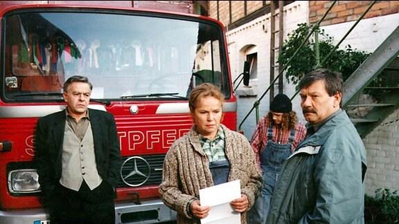 Wer schickt der Bäuerin Löffler Erpresserbriefe? Bauer Manfred Löffler und Assistent Schneider wissen keine Antwort.