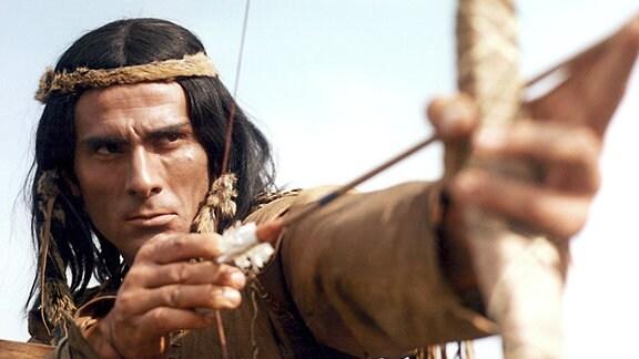 Dakotahäuptling Weitspähender Falke (Gojko Mitic) schwört Rache als seine Squaw Blauhaar ermordet wird