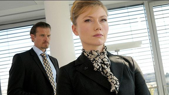 Die Anwälte Dr. Henning (Götz Otto) und Sarah Stein (Johanna Christine Gehlen) haben einen neuen Auftrag.