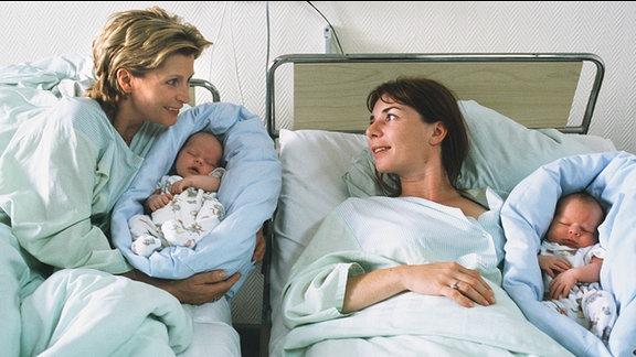 MDR Fernsehen DAS WEIBERNEST, am Montag (11.11.13) um 12:30 Uhr. Franziska (Susanne Uhlen, li.) und ihre beste Freundin Marie (Dana Vavrova) haben von ein und dem selben Mann ein Kind bekommen.