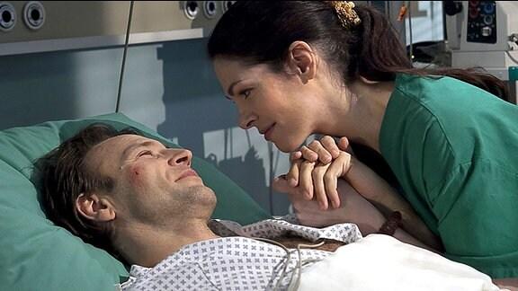 Martin (Bernhard Bettermann) ist wieder aufgewacht. Er verspricht Elena (Cheryl Shepard), dass sie ihre geplante Reise nachholen. Doch für Elena spielt das im Moment keine Rolle, sie ist nur froh, dass es Martin scheinbar besser geht.
