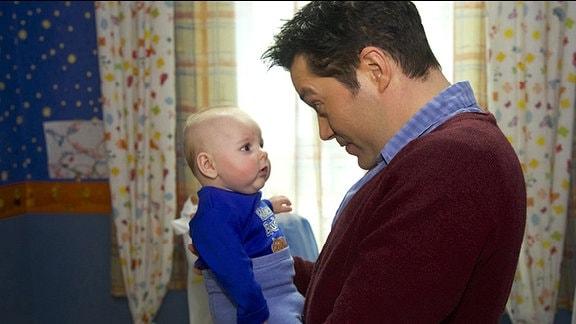 Philipp Brentano (Thomas Koch) wird klar, dass er Max über alles liebt - auch wenn Niklas Ahrend dessen leiblicher Vater ist. Es fällt ihm schwer, mit der ganzen Situation umzugehen.