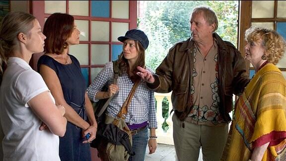 Fritzi (Claudia Eisinger, 3.v. links) erklärt ihrer Mutter Katharina (Angela Roy, 2.v. links), ihrer Schwester Julia (Susanna Simon, links) und Oma Sophie (Christine Schorn), dass Harry (Günther Maria Halmer) wieder zurück ist.