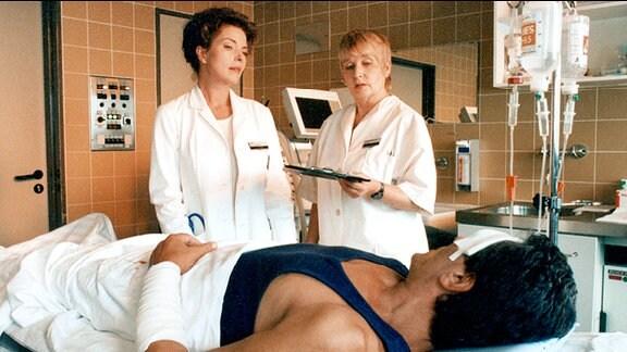 Katrin Klein (Gudrun Landgrebe l.), Joel Cutter im Krankenbett (Gojko Mitic), Schwester Elsa (Barbara Dittus).