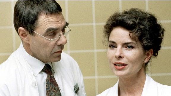 Prof. Kugler (Gunter Schoss) und Katrin Klein (Gudrun Landgrebe l.)