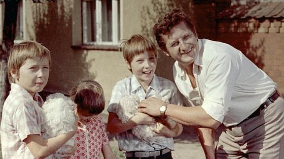 Die Zwillinge Ralf und Rolf Lemcke, Ina Reuter (2.v.l.) und Erik S. Klein (r.), der den Witwer Erwin Mai spielt.