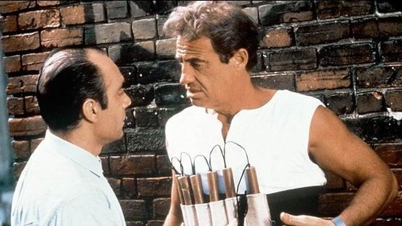 Der Bankräuber Grimm (Jean-Paul Belmondo, re.) und sein Komplize Georges (Guy Marchand) bereiten sich auf einen Überfall vor