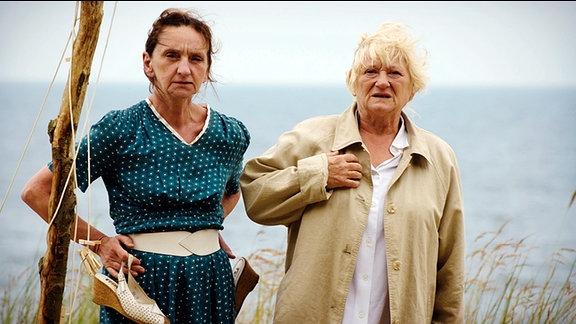 MDR Fernsehen KRAUSES KUR, am Freitag (27.06.14) um 00:00 Uhr. Meta (Angelika Böttiger, li.) und Elsa (Carmen-Maja Antoni, re.) nach der Ankunft am Strand auf dem Zeltplatz auf Usedom/Ostsee.