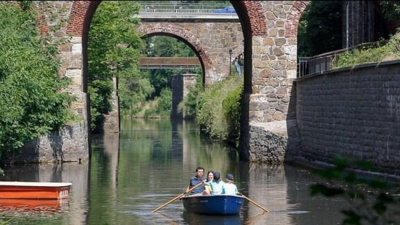 Ein kleines Paddelboot auf dem Leipziger Kanal.