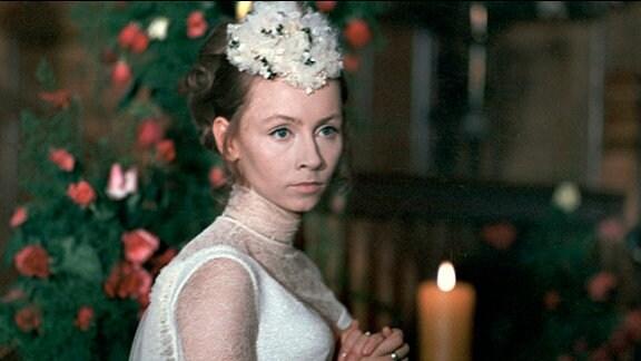 Bankierstochter Leonore Wahl (Jutta Hoffmann) in einem weißen Kleid.