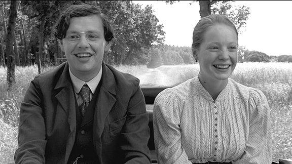 Der junge Dorflehrer (Christian Friedel) macht zum ersten Mal alleine eine Kutschfahrt mit der keuschen Eva (Leonie Bensch).