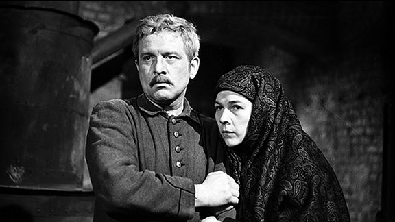 Auf seiner Flucht aus deutscher Kriegsgefangenschaft lernt der russische Sergeant Grischa (Josef Karlik) die resolute Partisanin Babka (Jutta Wachowiak) kennen.