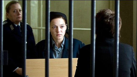 Julia Hausmann (Hannah Herzsprung, M.) wird seit sechs Jahren wegen Landesverrats im Gefängnis Hoheneck festgehalten.