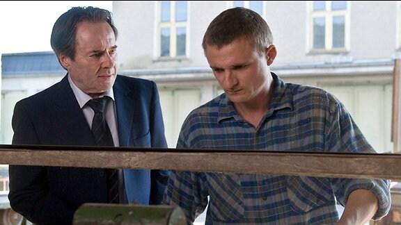 Hans Kupfer (Uwe Kockisch, l.) bittet seinen Sohn Martin (Florian Lukas, r.) um Hilfe.