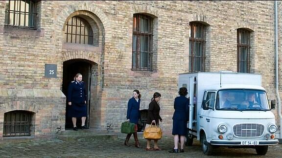 Julia Hausmann (Hannah Herzsprung, M.) verlässt das Gefängnis Hoheneck.