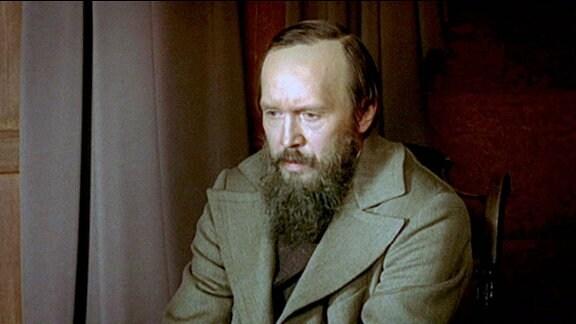 Dostojewski (Jewgeni Mironow) sitzt dem Künstler Perow Modell.