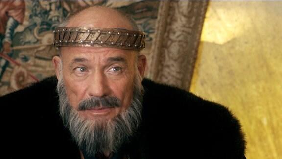 Der König (Heiner Lauterbach) mit Krone und langem Bart