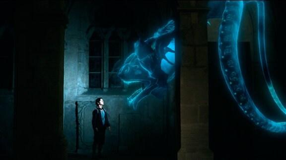 Ein riesiger blauer Geist schwebt über einem Jungen.