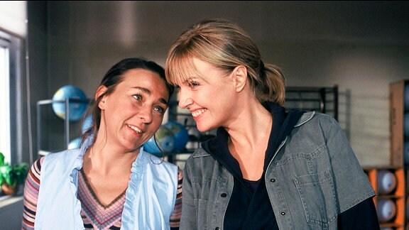 Karin (Katharina Böhm, l.) und Anke (Steffi Kühnert) amüsieren sich über ihren Chef.