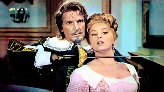 Der Herzog von Montserant (Georges Marchal) nimmt seine Nichte Diana (Alessandra Panaro) als Geisel.