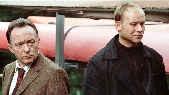 Die Kommissare Ehrlicher (Peter Sodann, links) und Kain (Bernd Michael Lade, rechts) kamen an dem Tatort, um einen Mord aufzuklären. Bei der Suche nach Beweisstücken finden sie eine weitere, stark verweste Leiche...