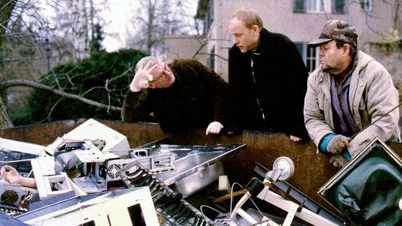 Stadtstreicher Erich (Ernst Georg Schwill, rechts), Kriminaltechniker Walter (Walter Nickel, links) und Kain (Bern Michael Lade) vor einem Elektromüll-Container