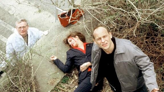 Walter (Walter Nickel, links) und Kain (Bernd Michael Lade, rechts) untersuchen die weibliche Tote am Leipziger Zentralstadion