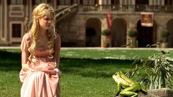 Prinzessin Sophie (Sidonie von Krosigk) ist verzweifelt: Sie braucht dringend ihre goldene Kugel vom Grunde des Teiches. Ob ihr der freche Frosch helfen kann?