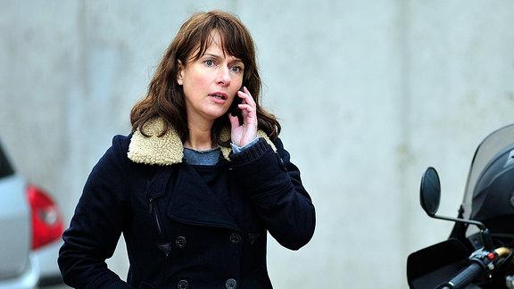Brasch (Claudia Michelsen) telefoniert mit Drexler