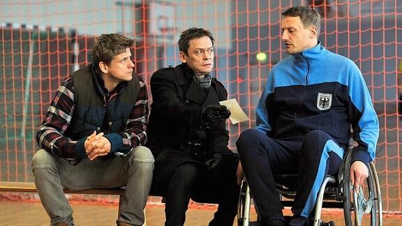 Drexler (Sylvester Groth;Mitte) und Mautz (Steve Windolf;li) wollen im Gespräch mit Wiedemann (Bert Böhlitz;re) etwas über Ruhler herausfinden