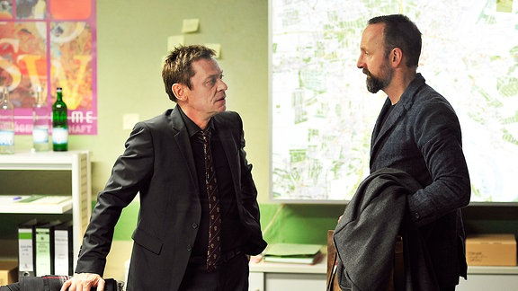 Drexler (Sylvester Groth;li) fragt Ruhler (Peter Jordan;re) um seinen Rat