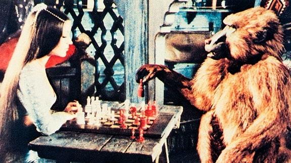 Prinzessin Farah (Jane Seymour) spielt mit dem in einen Pavian verwandelten Prinzen Kassim Schach.