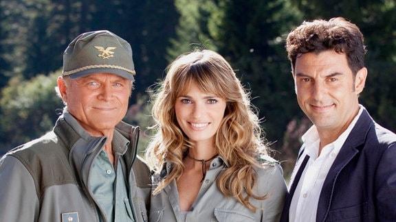 Wenn's drauf ankommt arbeiten alle Hand in Hand: Pietro (Terence Hill), Kommandant der Forstwache, die Tierärztin Silvia (Gaia Bermani Amaral) und Kommissar Vincenzo (Enrico Ianniello).