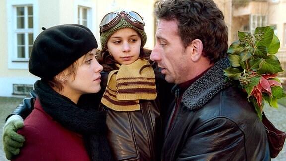 Klette (Vespa Vasic, Mitte) und Oliver (Heio von Stetten) hätten nichts gegen eine Familiengründung einzuwenden, nur Vera (Muriel Baumeister) plagen noch kleine Zweifel...