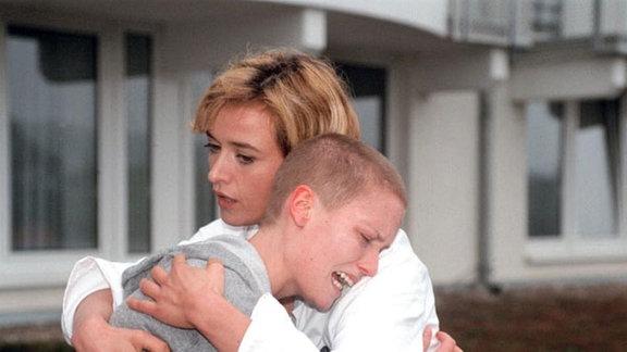 Die Ärztin Lena Walter (Katharina Abt) kämpft um das Leben der verzweifelten Krebspatientin Julia (Meike Gottschalk).