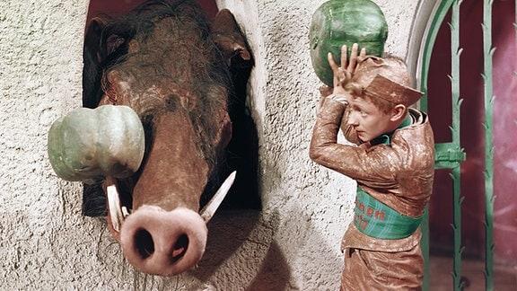 Helmut Rudolph als Wildschwein und Kurt Schmidtchen als das tapfere Schneiderlein