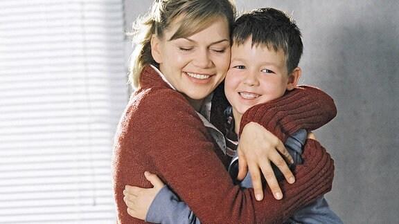 Leni und Dominik umarmen sich freudig