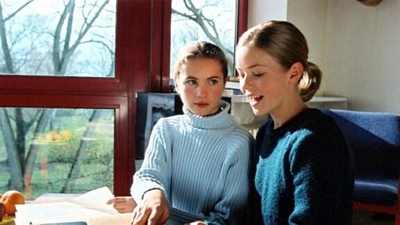 Lilly (Cornelia Gröschel,r.) und Meggi (Frauke Schönhals,l.) im Gespräch über die Geschichte ihrer Eltern.