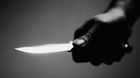 Hand mit Messer (Symbolbild)