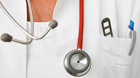 Ein Stethoskop hängt um den Hals einer Assistenzärztin