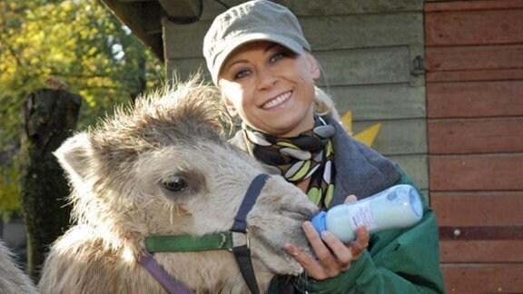 Sichtlich zufrieden hat sich Nicole Sommer (Jenny Elvers-Elbertzhagen) über Susannes Anweisung hinweggesetzt und das Kamelfohlen in den Tierkindergarten gebracht. Dr. Susanne Mertens war strikt gegen eine Handaufzucht des kleinen Tieres, um das Fohlen nicht seiner Mutter zu entfremden.