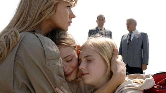 Sara Bender (Veronica Ferres)mit ihren Töchtern